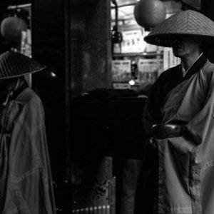 門前で托鉢する僧侶