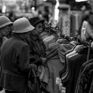 買い物をする三人の年配女性