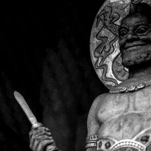 狂気を孕んだ顔をした浅草寺の金剛力士像