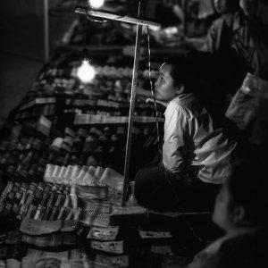 夜市で働く女性