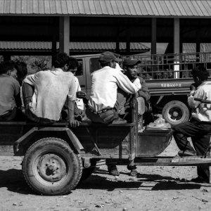 トラクターの上に腰を下ろした男たち