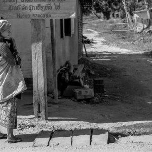 町角に立つアカ族の女