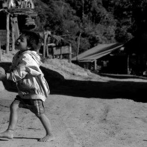 裸足で遊ぶ男の子