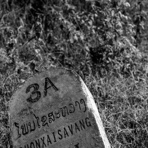 石の道路標識
