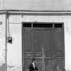 扉の前を走る男の子