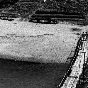 竹橋の上を歩く三人の僧侶