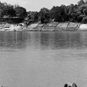 メコン川の細長い渡し船