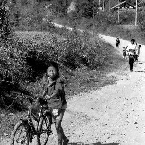 自転車を押して歩く女の子