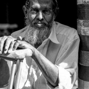 ジャミ・ウル・アルファー・モスクで休んでいた長い髭を蓄えた男