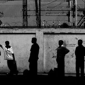 バス停で待つ人たちのシルエット
