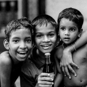 三人の少年と一本のコーラの瓶