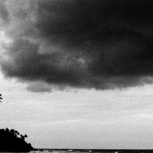 海の上に浮かぶ真っ黒な雲