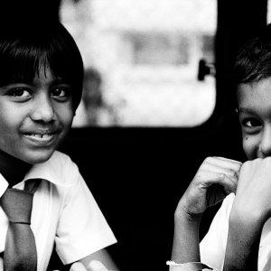ミニバンの中で微笑む女の子と男の子