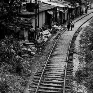 線路の上を歩く人影