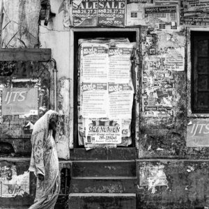 板張りされた扉の前を歩くサリーを着た女性