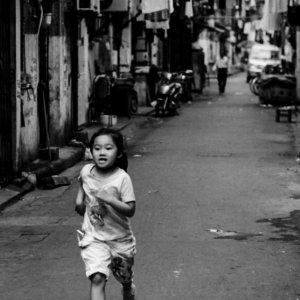 路地をひとりで走る女の子