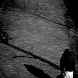 歩道に立ち止まるカップル