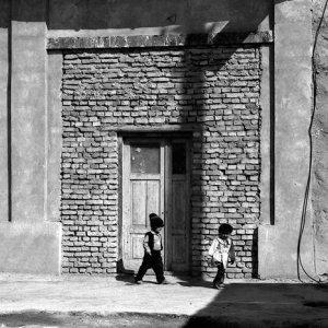 旧市街で遊ぶ子供