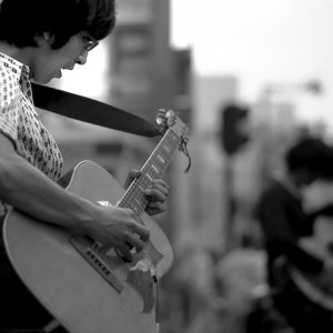 ギターを弾くストリートミュージシャン