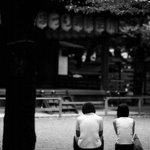 ベンチに腰掛けるカップル