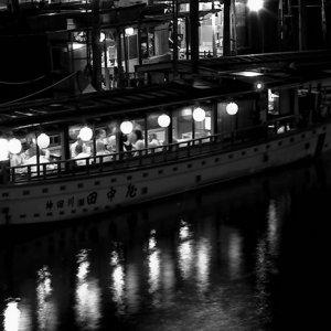 電気のついた屋形船