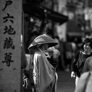 路傍に立つ僧侶