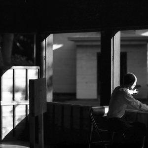 窓辺に腰掛けた男