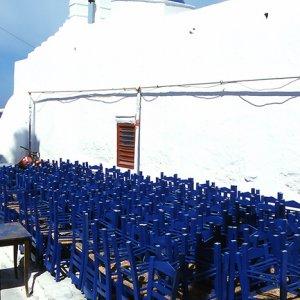 青い椅子と白い教会