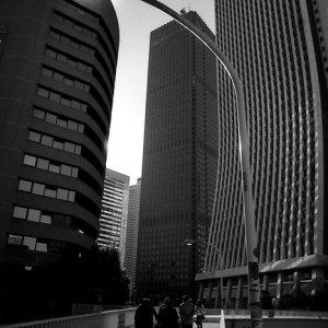 歩道橋の向こうの高層ビル