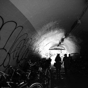 トンネルの中のシルエット
