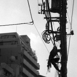 電柱の上の男