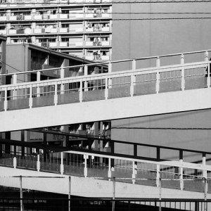陸橋を渡る人影