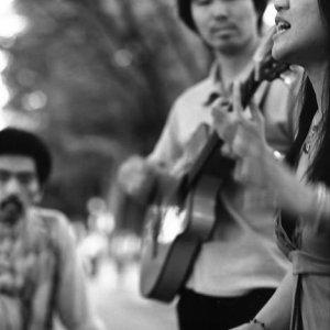 歌うストリートミュージシャン