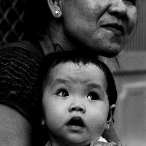 一緒に遠くを見詰めるお母さんと赤ん坊