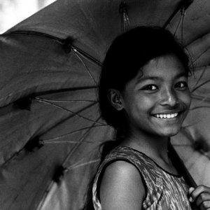 傘を差して歩いていた女の子
