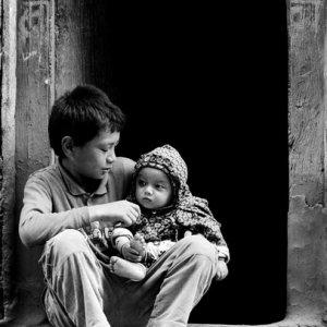 幼い弟に優しい視線を向ける男の子