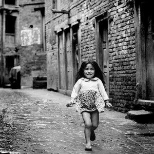 路地から走って出てきた女の子