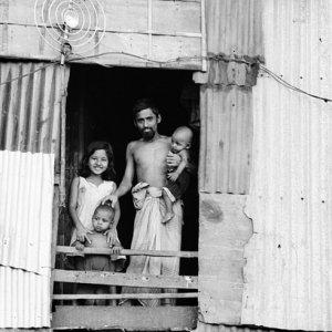 窓辺に立つ家族