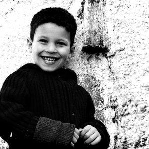 可愛らしく笑う男の子