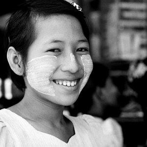 頬を白く塗った女の子