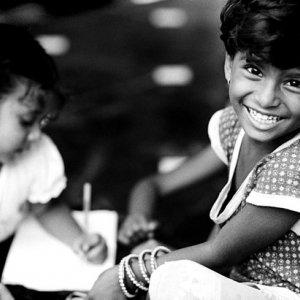 笑う女の子と宿題をする女の子