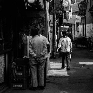 迷路のような路地で立ち話をしていた二人の人
