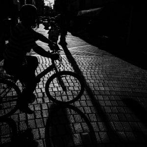 横切る自転車のシルエット