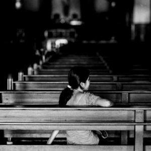 マニラ大聖堂で寛ぐ女