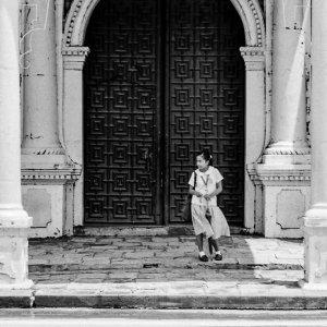 ビガン大聖堂の扉の前に立つ制服姿の女の子