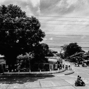 交差点を走る一台のバイク