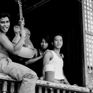窓辺に立つ三人の若者