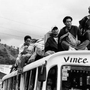 バスの屋根に座る乗客