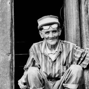 玄関先に屈んでいた老人