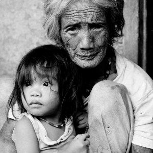 幼い女の子を抱きしめる老婆